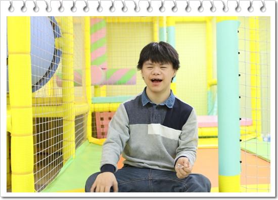 환하게 웃고있는 김민구 아동
