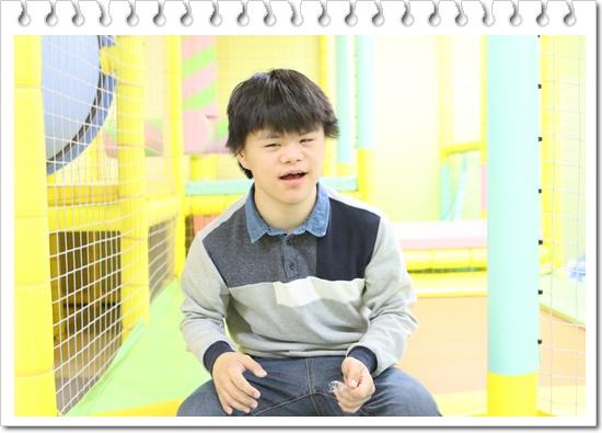 미소를 지어보이는 김민구 아동